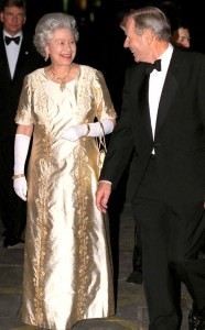 rs_634x1024-141114161934-634.Queen-Elizabeth-Gold-Dress.jl.111414