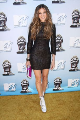 sarah-jessica-parker-2008-mtv-movie-awards-black-dress-white-boots-h724