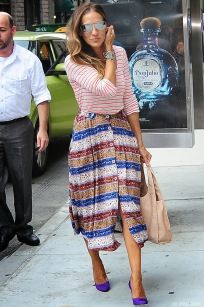 sarah-jessica-parker-street-style-celebrity-sjp-collection-lady-purple-suede-pumps-new-yorker-beige-hobo-shoulder-bag-red-white-striped-top-printed-high-waisted-skirt