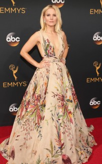rs_634x1024-160918164311-634-emmy-awards-arrivals-kristen-bell