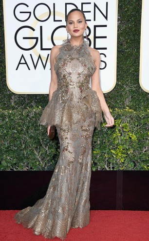 rs_634x1024-170108164408-634-chrissy-teigen-golden-globe-awards