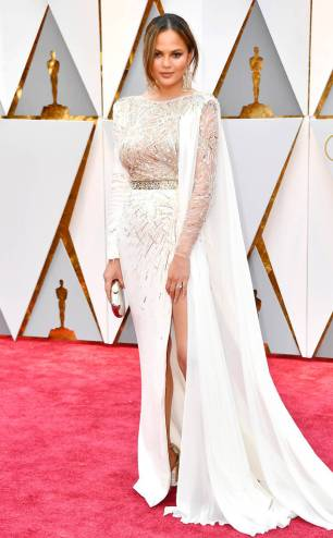 rs_634x1024-170226160332-634-academy-awards-oscars-2017-arrivals-chrissy-tiegen