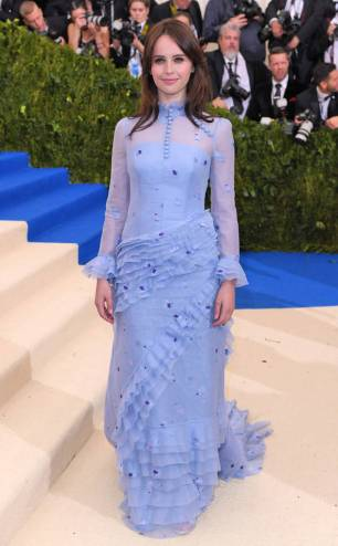 rs_634x1024-170501165417-634-met-gala-2017-arrivals-felicity-jones