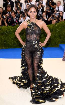 rs_634x1024-170501173237-634.Halle-Berry-Met-Gala-2017-Arrivals.ms.050117