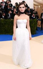 rs_634x1024-170501181356-634.Lily-James-Met-Gala-2017-Arrivals.ms.050117