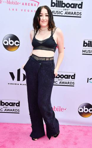 rs_634x1024-170521151836-634.Noah-Cyrus-Billboard-Music-Awards-Las-Vegas.kg.052117