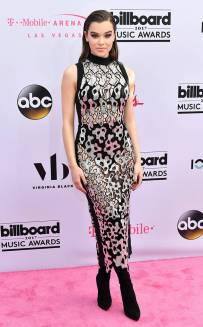 rs_634x1024-170521165609-634.Hailee-Steinfeld-Billboard-Music-Awards-Las-Vegas.kg.052117