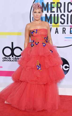 rs_634x1024-171119162818-634.pink-american-music-awards-2017.ct.111917