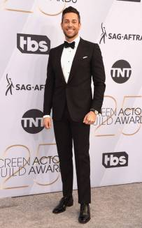 rs_634x1024-190127171225-634-2019-sag-awards-red-carpet-fashions-zachary-levi