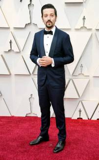 rs_634x1024-190224144510-634.diego-luna-2019-oscar-academy-awards-red-carpet-fashions.ct.022419