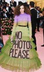 rs_634x1024-190506180234-634-2019-met-gala-red-carpet-fashions-Hailee-Steinfeld
